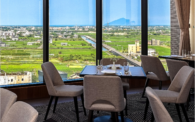 View Guishan Island from afar at the scenic restaurant Yonezawa